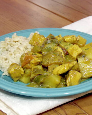 This light and bright African Coconut Chicken Curry is a creamy and comforting dish: the perfect recipe for serving over steamed rice.   www.curiouscuisiniere.com