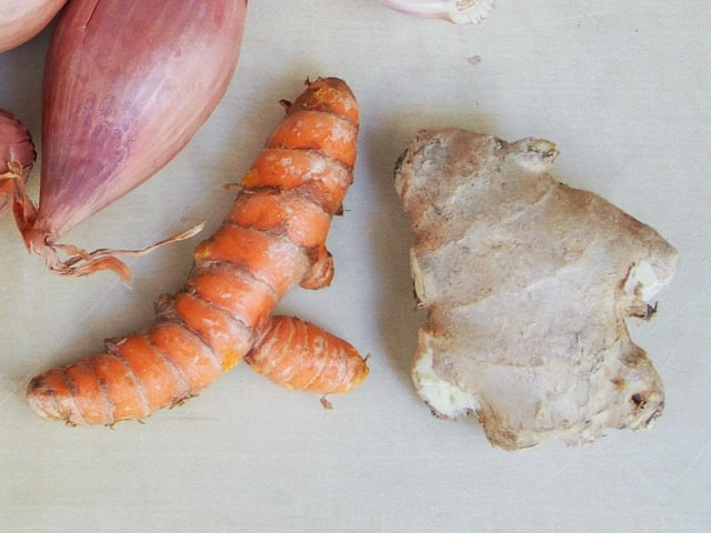 Turmeric and ginger side by side.
