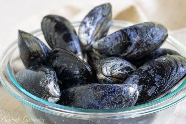 For an elegant summer appetizer, try these Galician Style Mussels in white wine and tomato sauce. These mussels are quick and easy to prepare. And, they are the perfect recipe to pair with a crisp Spanish white wine, like an Albariño. | www.CuriousCuisiniere.com