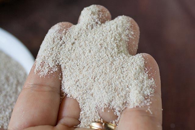 Cassava Flour (Farinha de mandioca) texture | www.CuriousCuisiniere.com