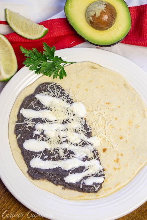 Honduran Baleadas Bean Tortillas servidas com queijo e creme